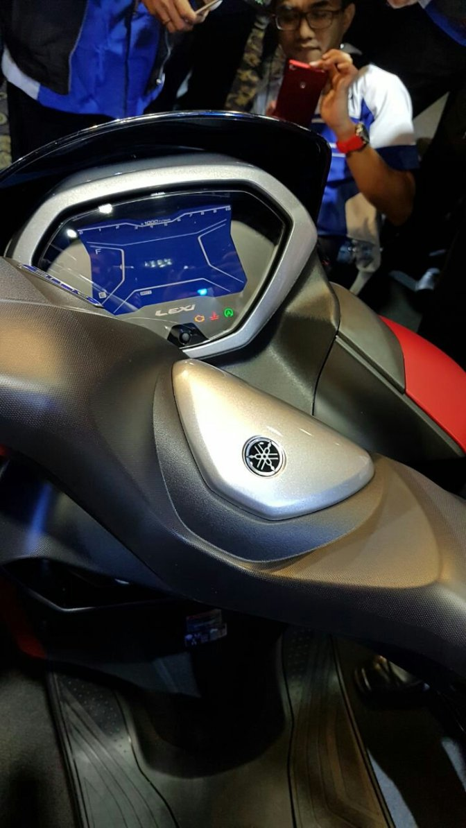 Lebih detil, sisi Yamaha Lexi 125cc vva+blue core